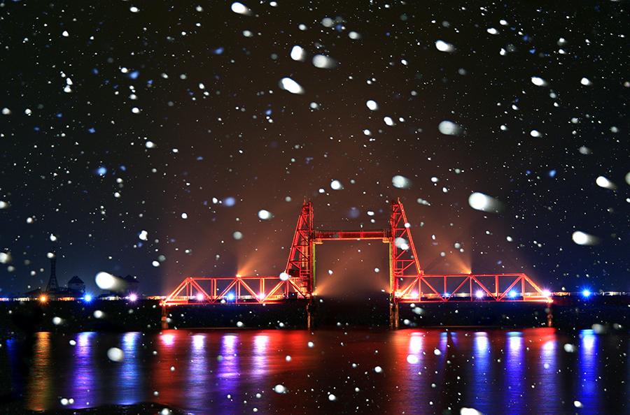 「雪空に浮かぶ昇開橋」柳木繁弘